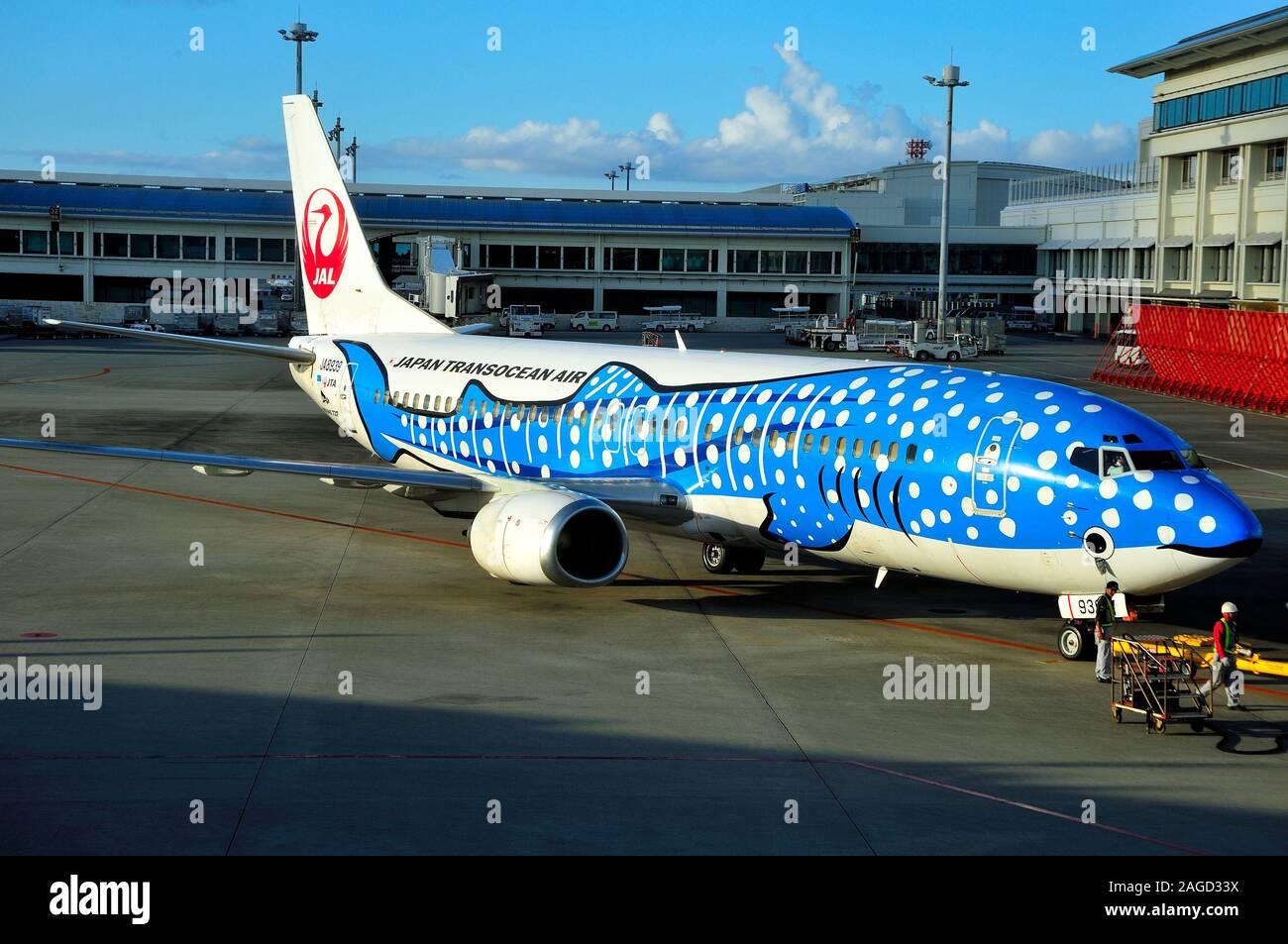 Blau Walhai, Boeing B -737/400, JA 8939, Japan Transocean Fluggesellschaft, JTA, Flughafen Naha, Okinawa, Japan Stockfoto