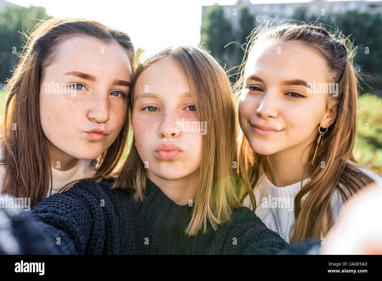 3 Mädchen Freundinnen Jugendliche, 14-15 Jahre alt, wobei