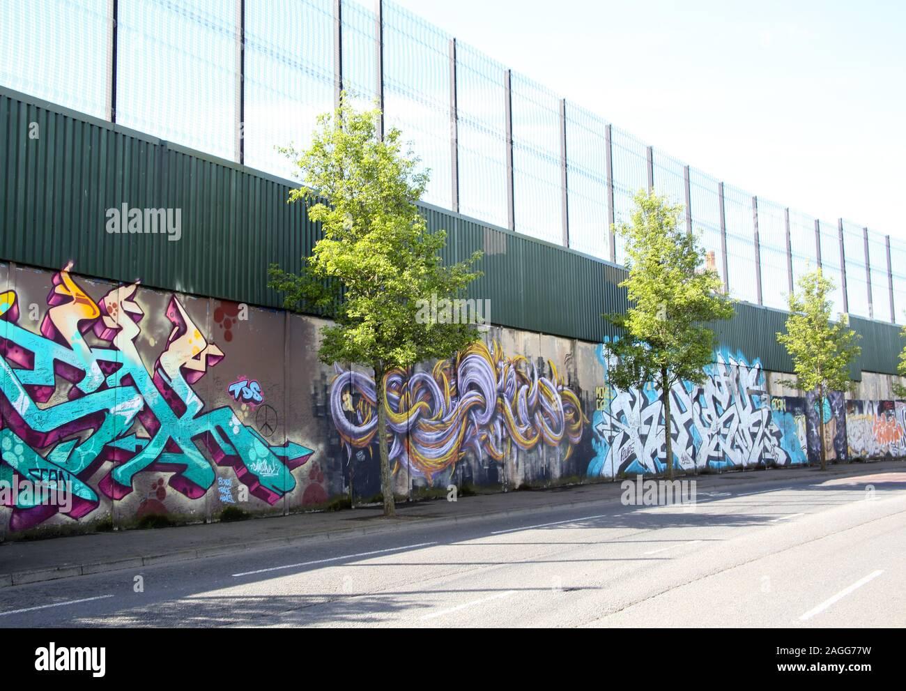 Farbenfrohen Wandmalereien & Graffiti auf Frieden Wand, oder Frieden Linie, entlang Cupar in Belfast. Es ist einer der vielen Trennung Barrieren in Nordirland Stockfoto