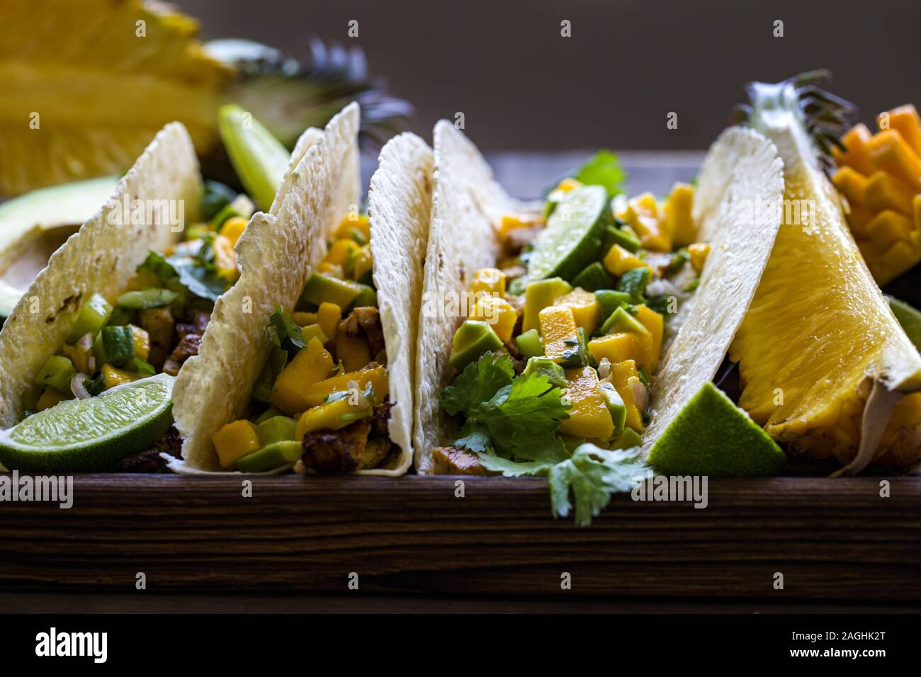 Hausgemachte chicken Tacos mit Mango, Ananas und Gurke salsa Stockfoto