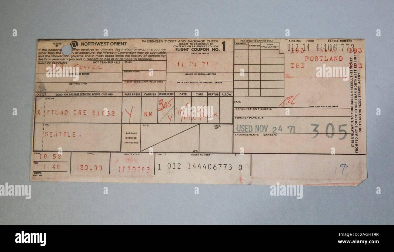 NorthWest Orient Airlines Ticket von Dan Cooper. Dan Cooper ist das Pseudonym eines nicht identifizierten Mann, eine Boeing 727 Flugzeugen im Nordwesten Usa nachgeahmt, im Luftraum zwischen Portland, Oregon, und Seattle, Washington, am Nachmittag des Mittwoch, 24. November 1971. Der Mann seine Airline Ticket gekauft, indem Sie den Alias Dan Cooper, aber wegen eines Mißverständnisses, wurde in der populären Überlieferung als D. B. Cooper bekannt. Er 200.000 $ in Lösegeld erpresst und zu einem ungewissen Schicksal mit dem Fallschirm. Trotz einer umfangreichen manhunt und FBI-Untersuchung, der Täter wurde nie entfernt wurde. Stockfoto