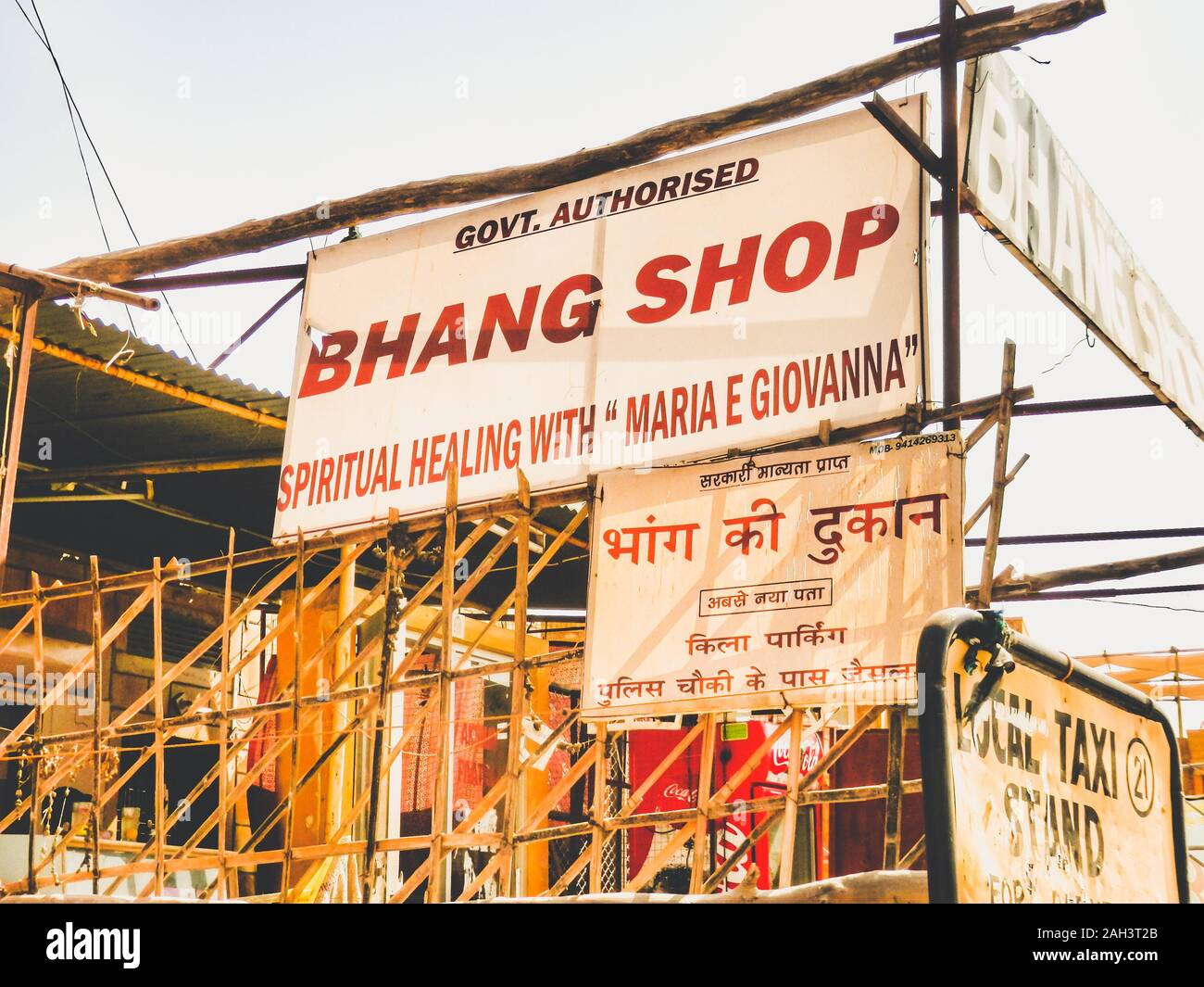 schild-eines-bhang-shops-das-eine-tradit