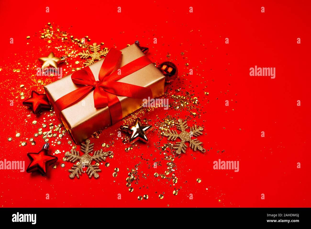Rot und gold Weihnachtsornamente, Gestell mit Kopie Raum, roten Hintergrund. Stockfoto