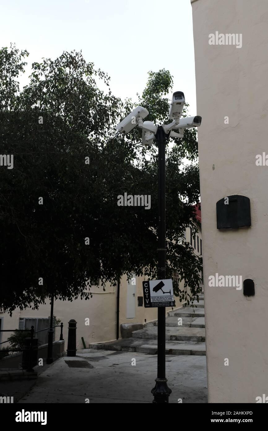 4 cctv-Kameras in einer Straße in Gibraltar Stockfoto