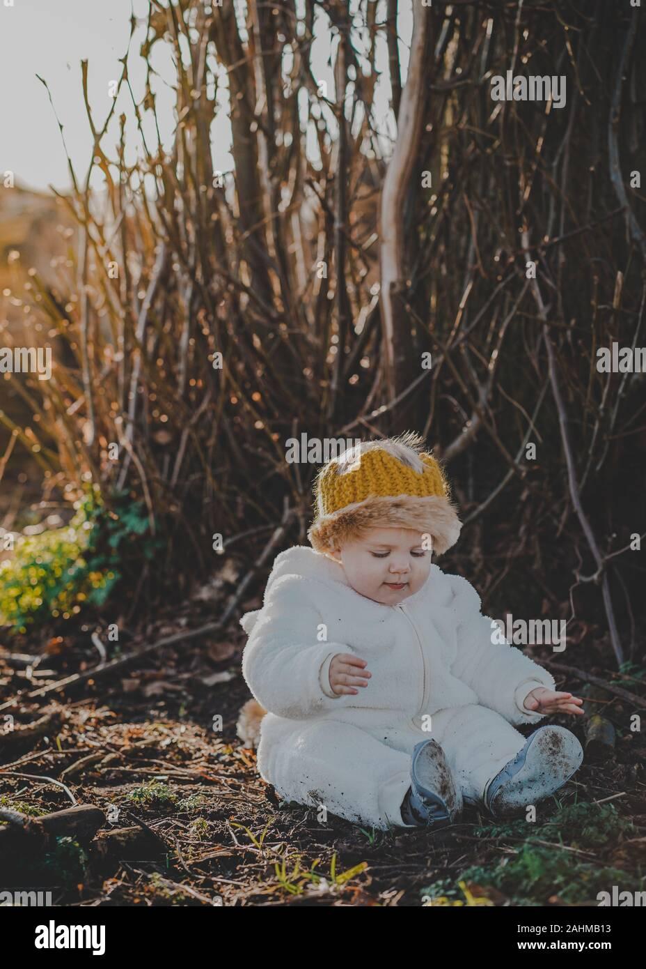 Little Boy gekleidet, wie Max aus, wo die wilden Dinge sind in den Wäldern Stockfoto