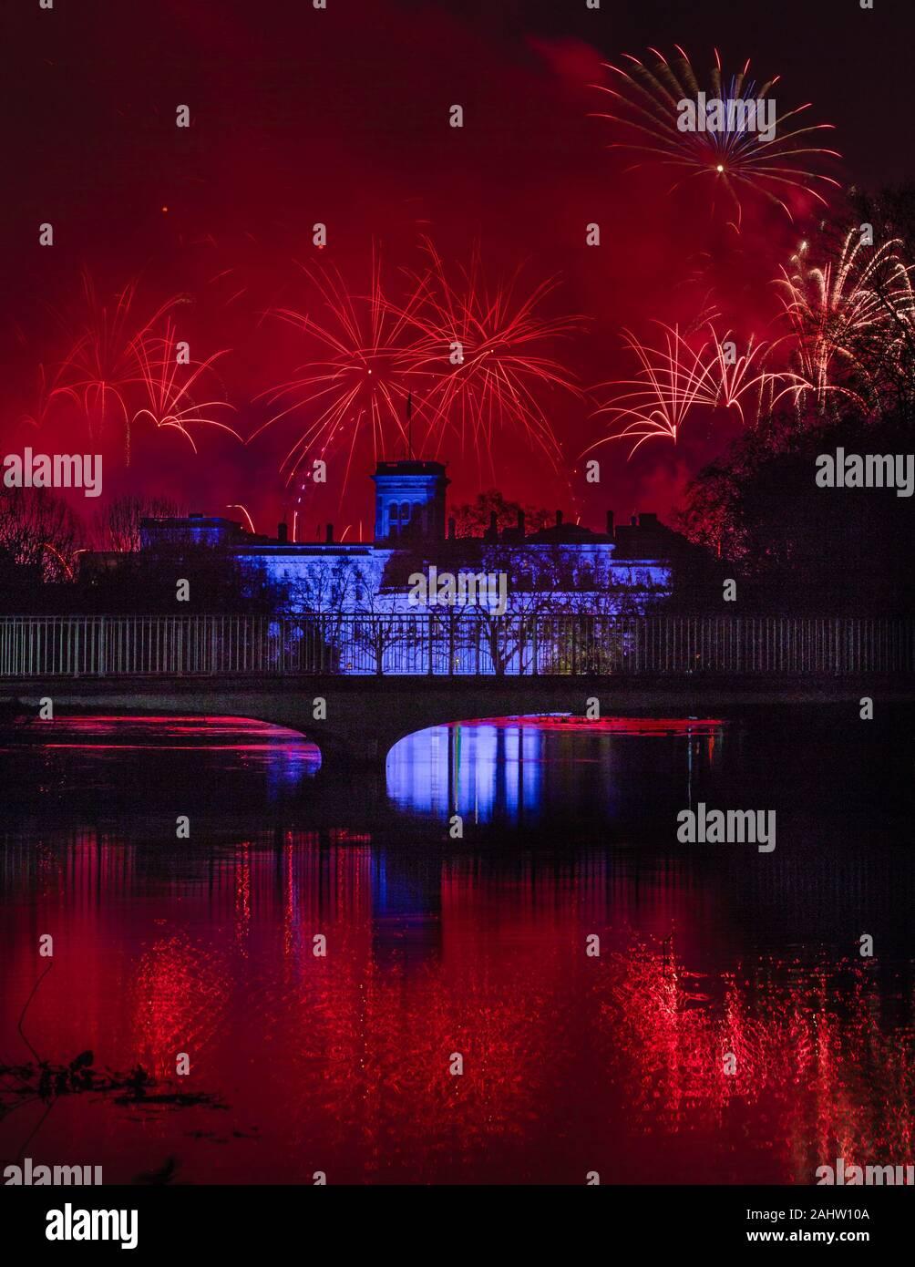 Red Sky: Feuerwerk in London unterwegs erhält als das neue Jahr 2020 beginnt Stockfoto