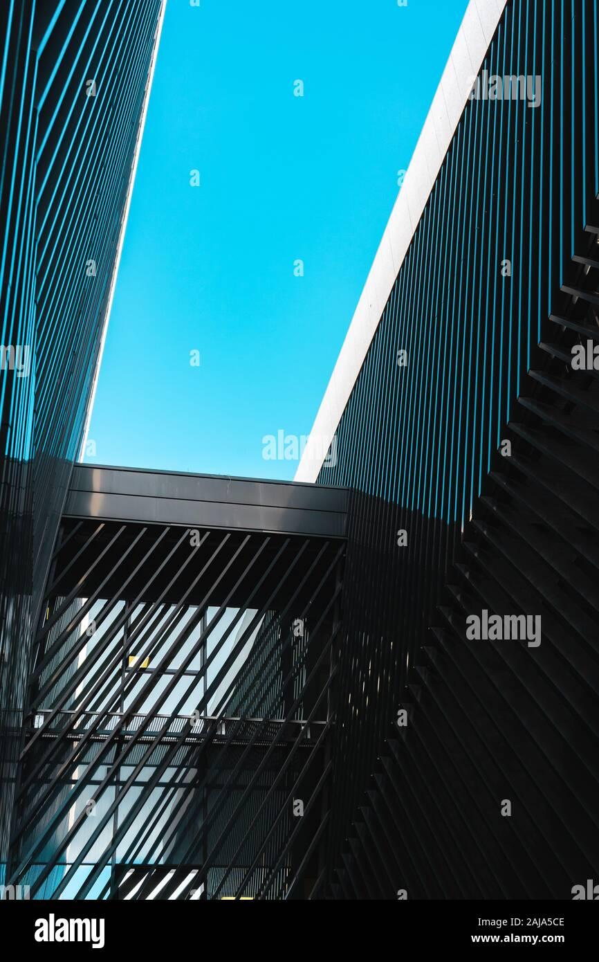 Zwei zusammenhängenden Gebäude der modernen Architektur, die bis in den Himmel Stockfoto