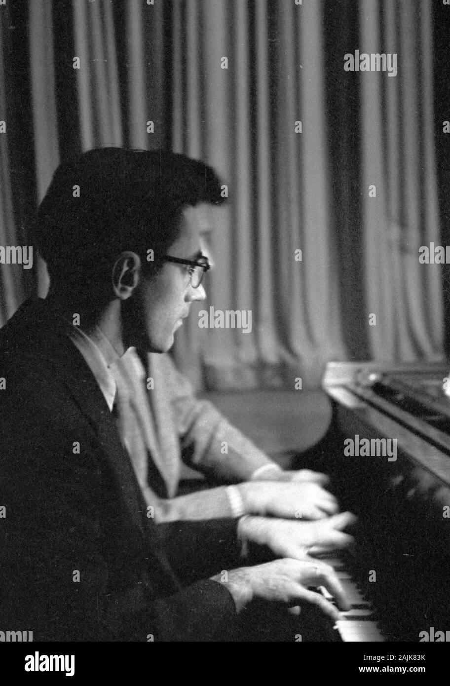John Cage und David Tudor in der Leistung in New York City, 1957, wahrscheinlich die Winter Music. Den genauen Termin und Veranstaltungsort sind unbekannt. Stockfoto