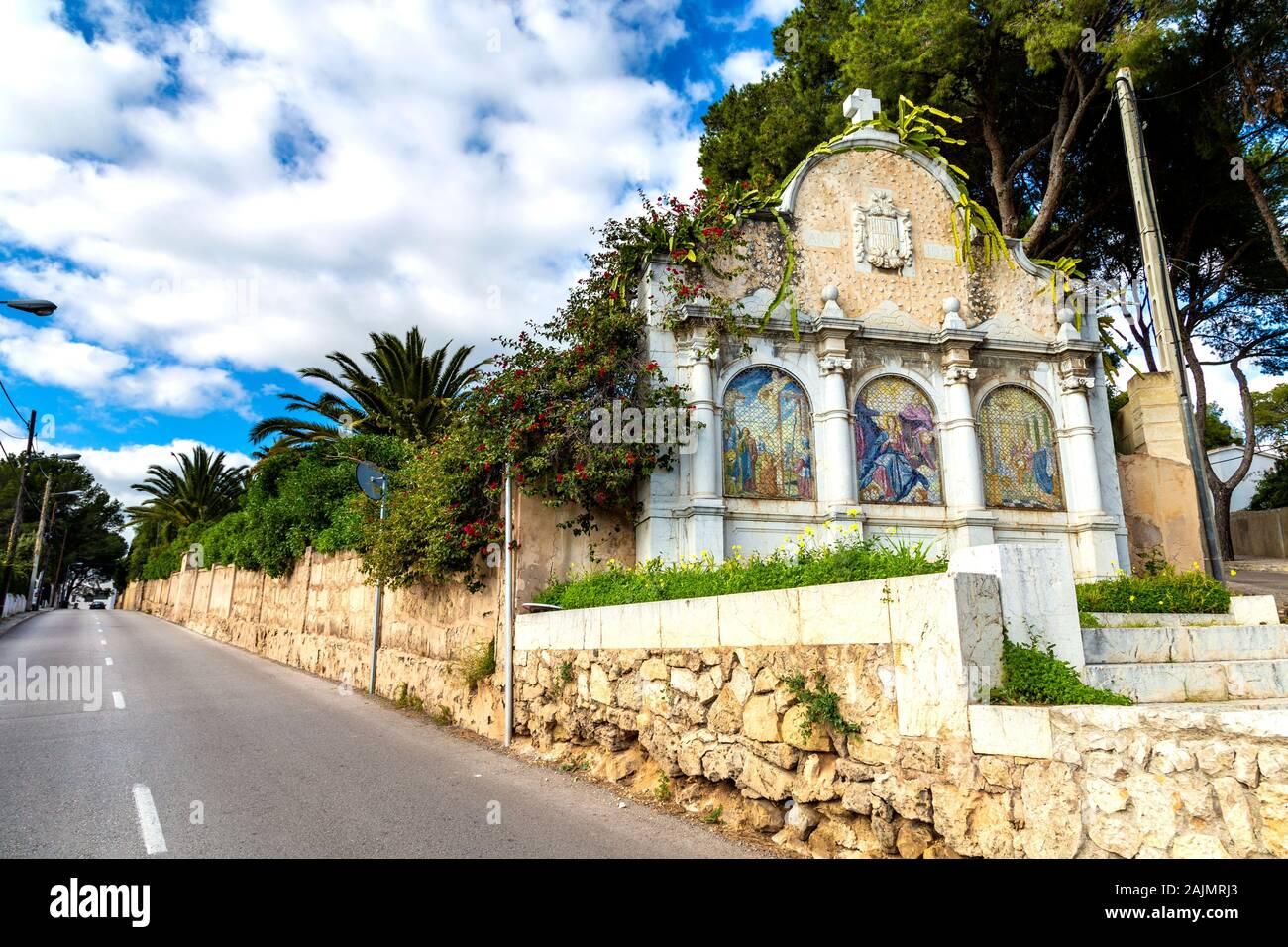 Schrein in der ruhigen Nachbarschaft von La Bonanova, Mallorca, Spanien Stockfoto