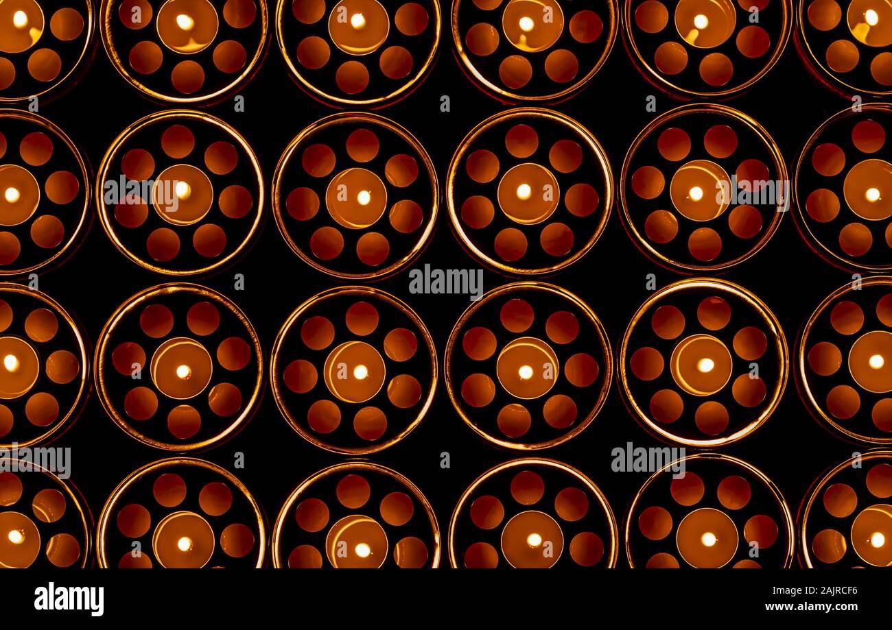 Blick von oben der brennenden Memorial Cemetery Kerzen in der Dunkelheit full frame Bild Stockfoto
