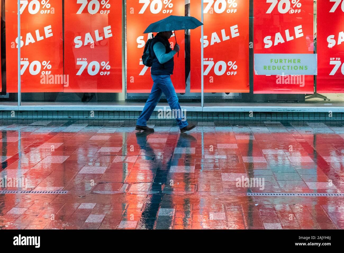 Der Umsatz im Januar auf uk High Street an regnerischen Tag - Stirling, Schottland, Großbritannien Stockfoto