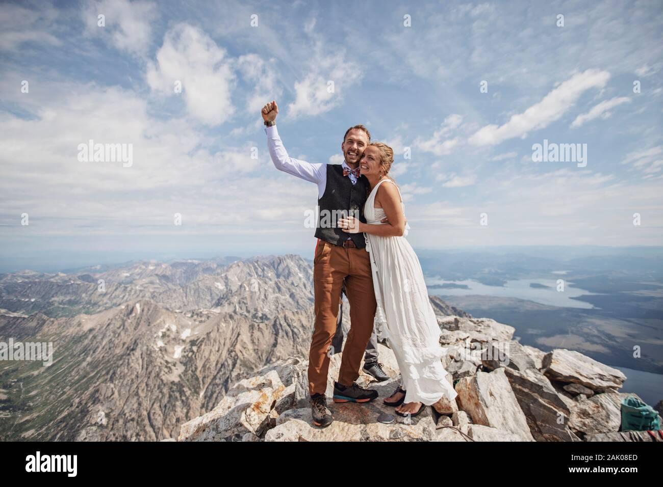Frisch vermählte Braut und Bräutigam feiern nach der Hochzeit auf dem Berg Stockfoto