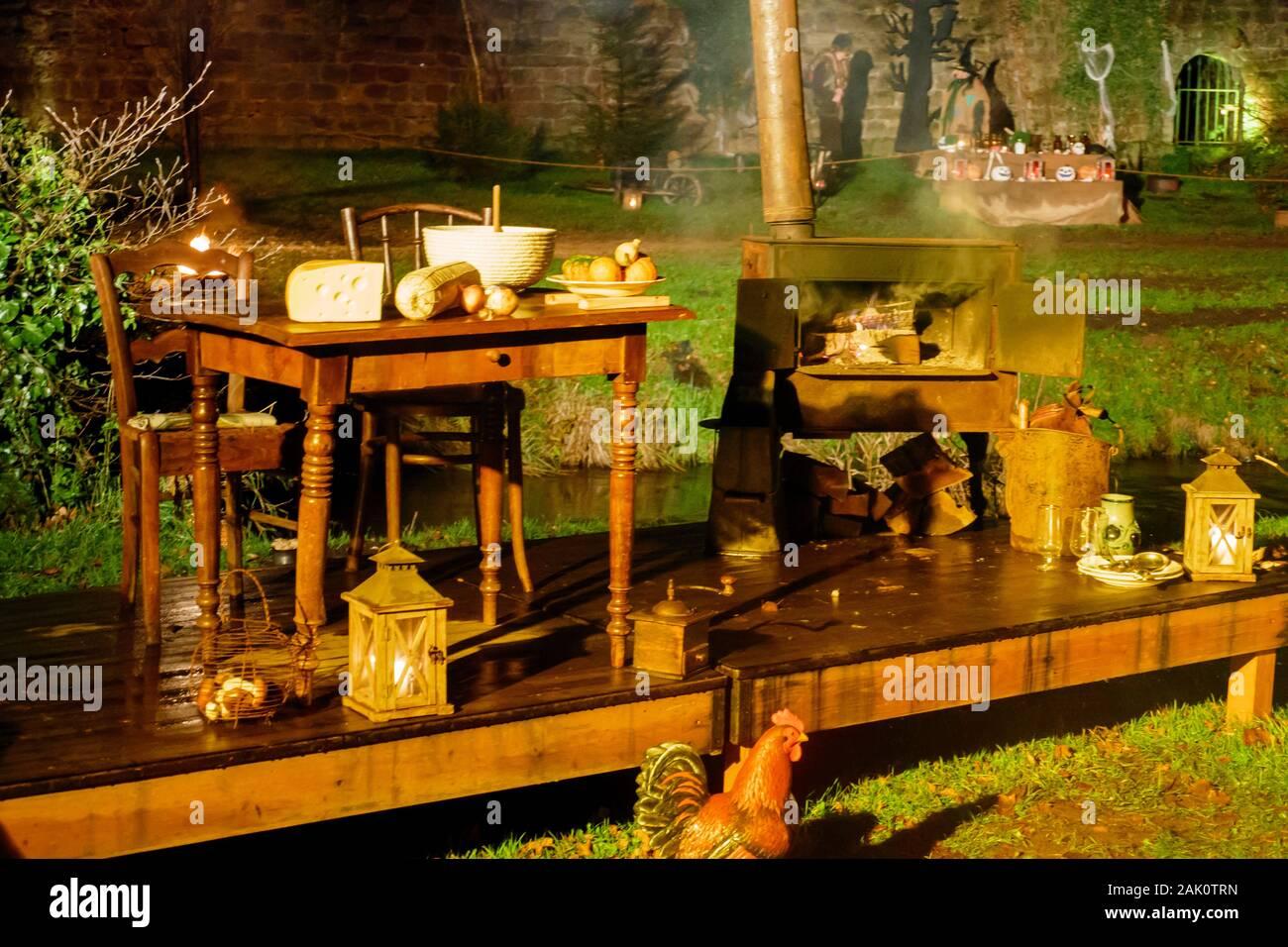 Wissembourg, Elsaß, Schauspiel auf dem Weihnachtsmarkt im öffenlicher Park Stockfoto
