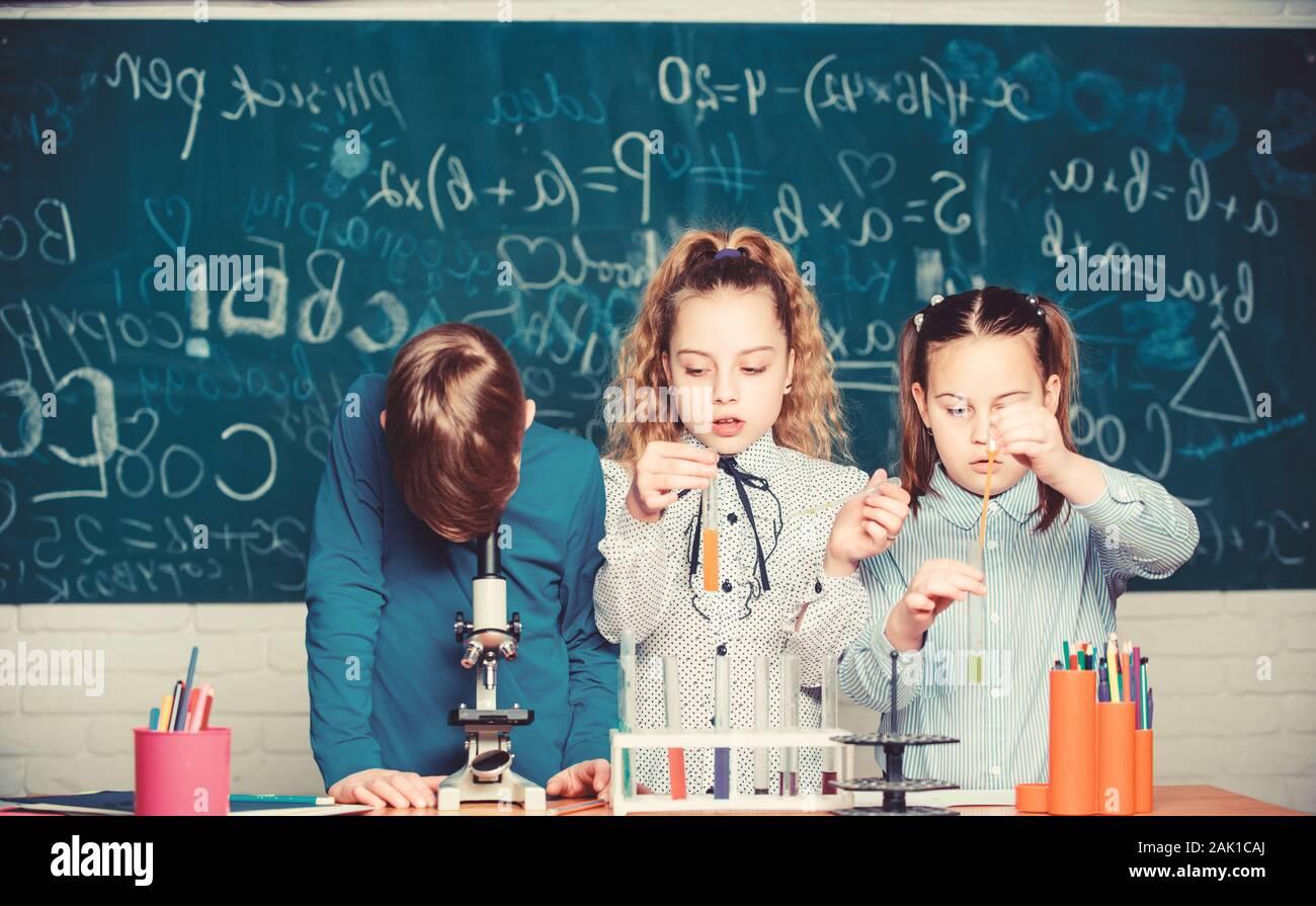 Studenten der Biologie Experimente mit Mikroskop im Labor. Chemie Anlagen. Kleine Kinder lernen die Chemie in der Schule lab. Glückliche Kinder. Chemie Lektion. Chemie Ausbildung. Zuversichtlich Wissenschaftler. Stockfoto