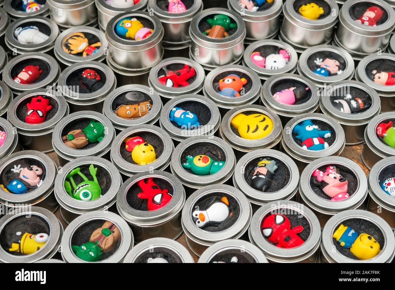 HongKong, China - November, 2019: USB-Stick mit Spielzeug/Cartoon/Comic Charaktere auf Street Market (Markt) Ladie's in Hongkong, Tung Choi Street Stockfoto