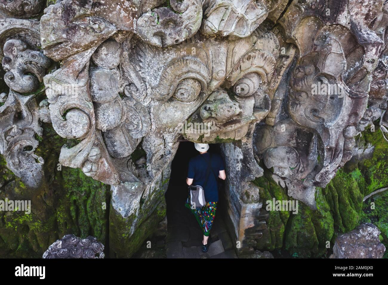 Blick auf Touristen, die in den alten Tempel der Goa Gajah Elephant Cave in Ubud, Bali, Indonesien, eindringen. Stockfoto