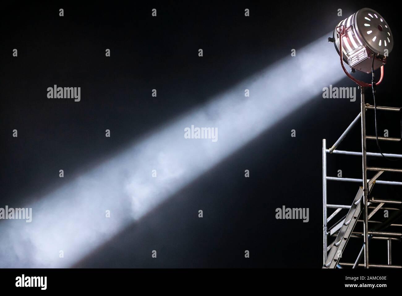 Starker und fokussierter diagonaler Lichtstrahl aus einem Scheinwerferlicht für die Filmbeleuchtung Stockfoto
