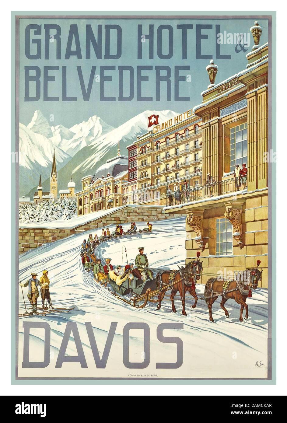 """Davos Vintage 1900 Luxury Winter Ski Travel Holiday Poster für DAVOS Schweiz mit """"The Grand Hotel Belvedere"""" im Schnee mit Pferdeschlittenschlitten und Schlitten. Von Künstler Hans Eggimann Stockfoto"""