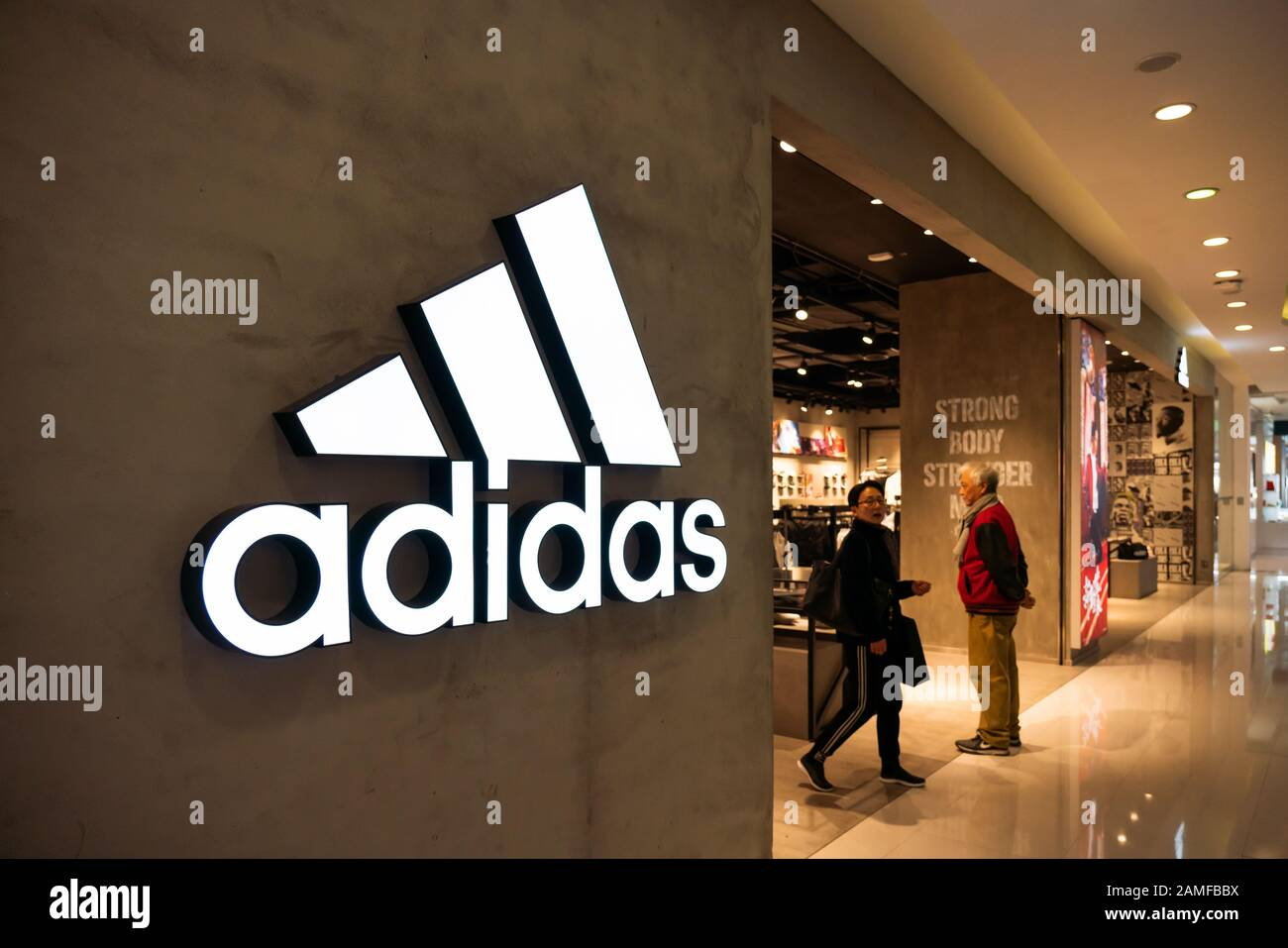 Der deutsche multinationale Sportswear-Konzern Adidas Store und Logo in Shanghai. Stockfoto