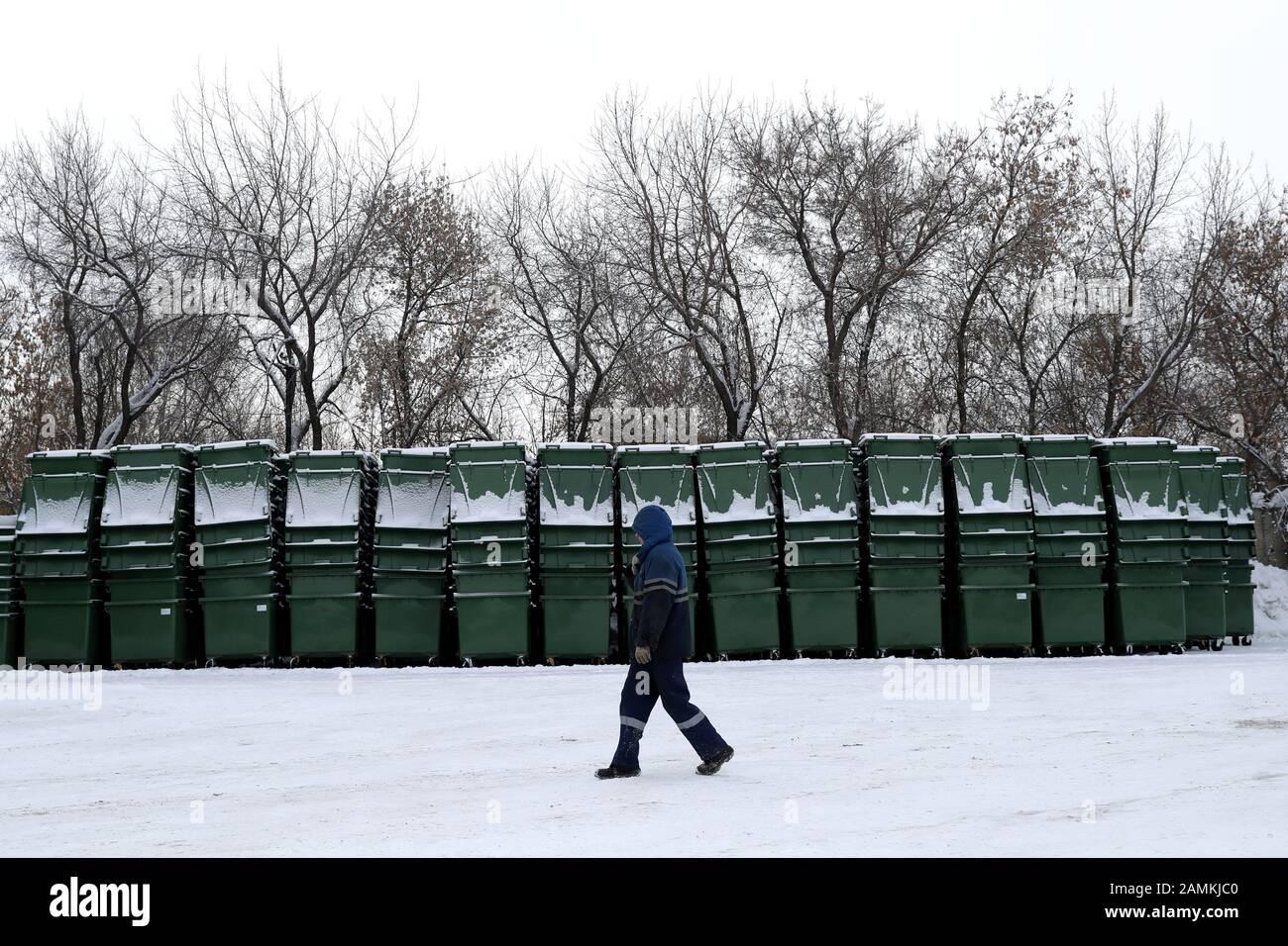 Nowosibirsk, Russland. Januar 2020. Nowosibirsk, RUSSLAND - 14. JANUAR 2020: Behälter für kommunalen festen Abfall, die bei der Arctic City Müllabfuhr gesammelt wurden. Kirill Kukhmar/TASS Credit: ITAR-TASS News Agency/Alamy Live News Stockfoto