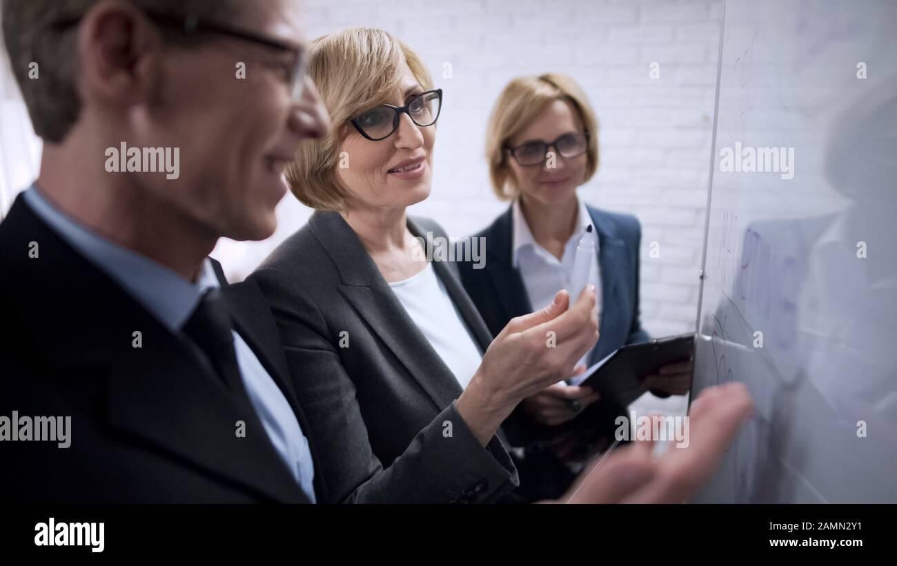 Zufriedene Geschäftskollegen freuten sich über die Dynamik der Gewinnsteigerung Stockfoto