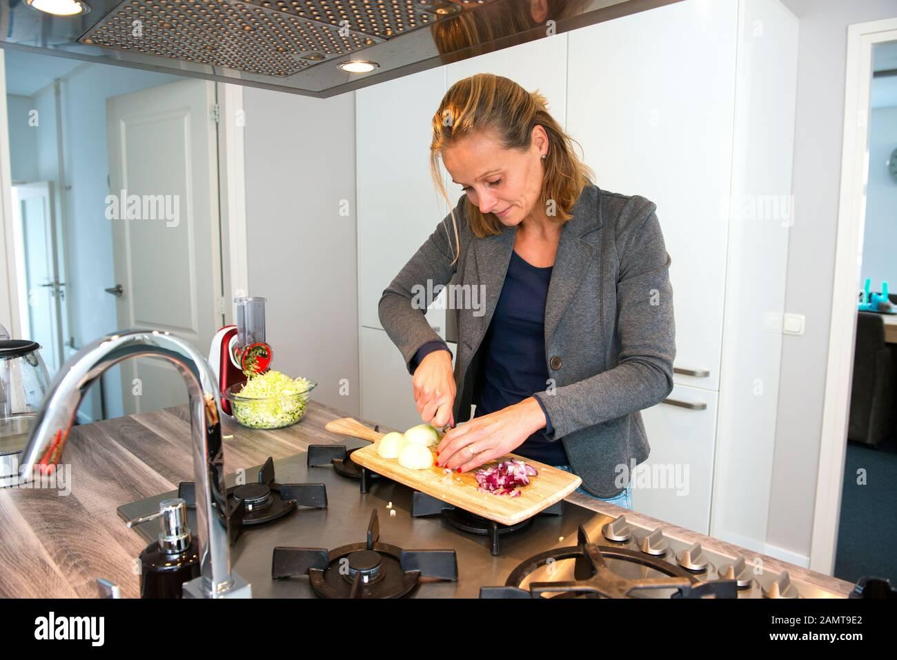 Frau Hacken Gemüse in der Küche Stockfoto