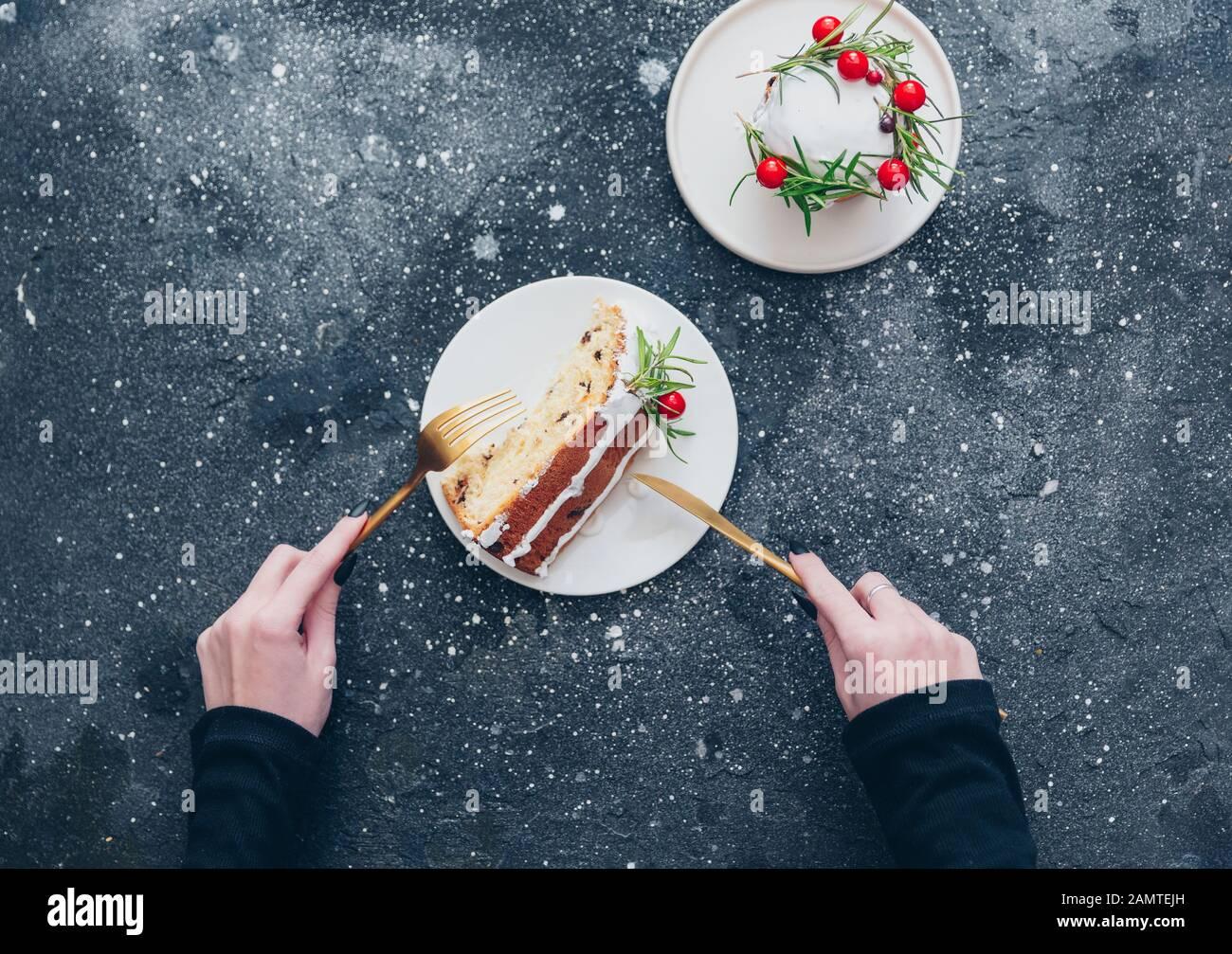 Blick über den Kopf einer Frau, die ein Stück Weihnachtskuchen isst Stockfoto