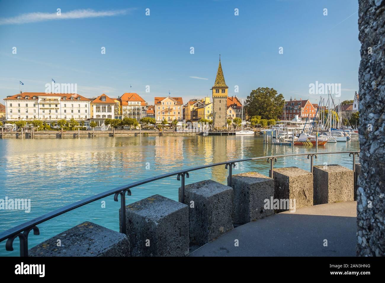 Lindau, Deutschland, Juli 2019 - Blick auf die Marina und die mangturm Turm im deutschen Hafen Lindau entfernt. Stockfoto