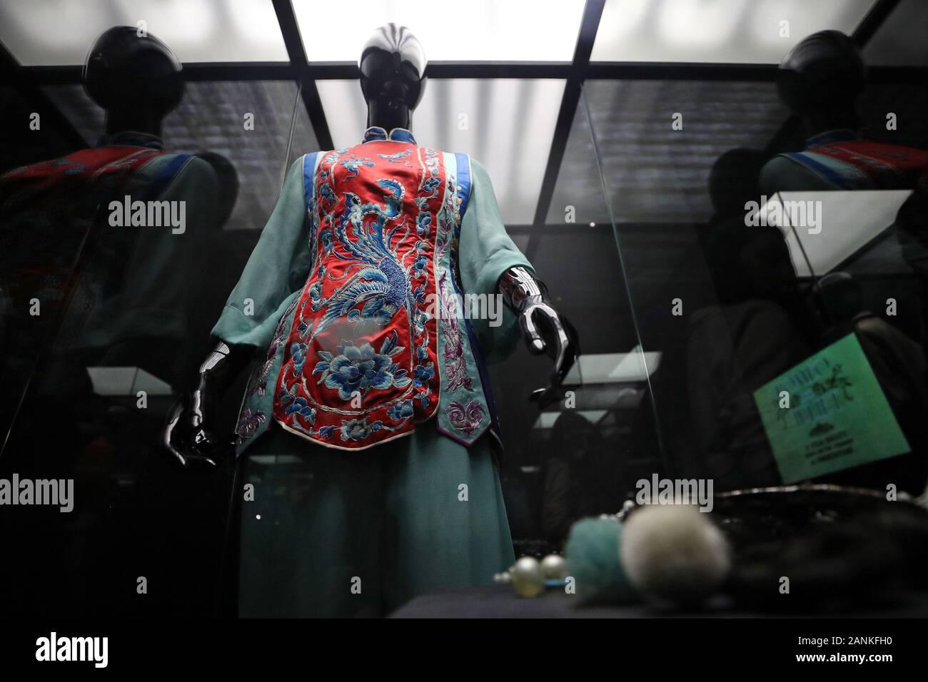 Moskau, Russland - Januar 17, 2020: Ballet Dancer Galina Ulanova von Tai-Choa Kleid von der Roter Mohn, auf dem Display während einer Ausstellung im Museum Bakhrushin hielt ihren 110. Geburtstag zu markieren. Ulanova war der am höchsten ausgezeichneten Sowjetischen Ballett Tänzerin, zwei Denkmäler in ihrer Ehre in Stockholm und St. Petersburg noch vor ihrem Tod errichtet. Michail Tereschtschenko/TASS Stockfoto