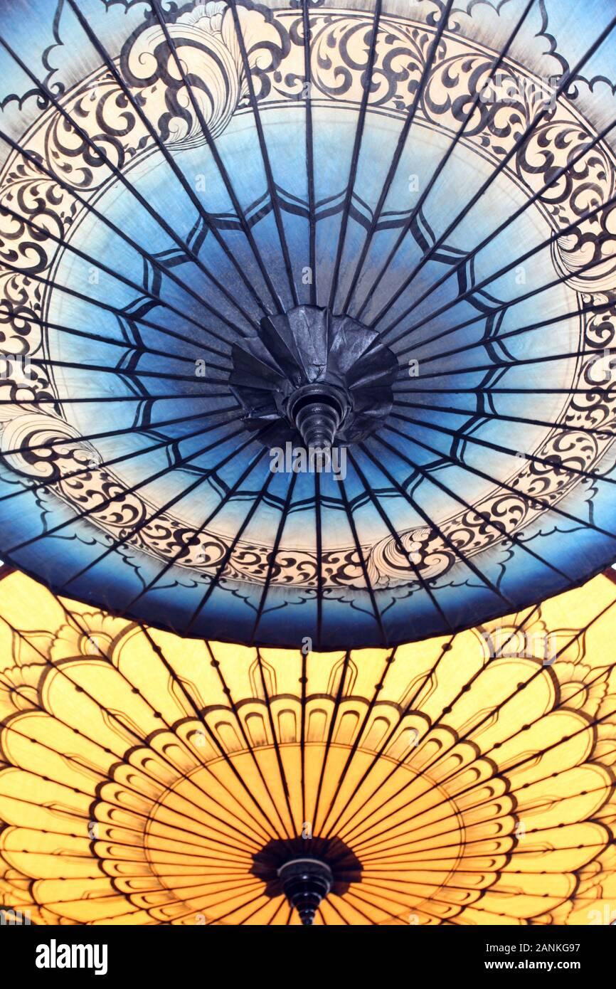 In der Nähe von geöffneten blauen und gelben Japanische Schirme Stockfoto
