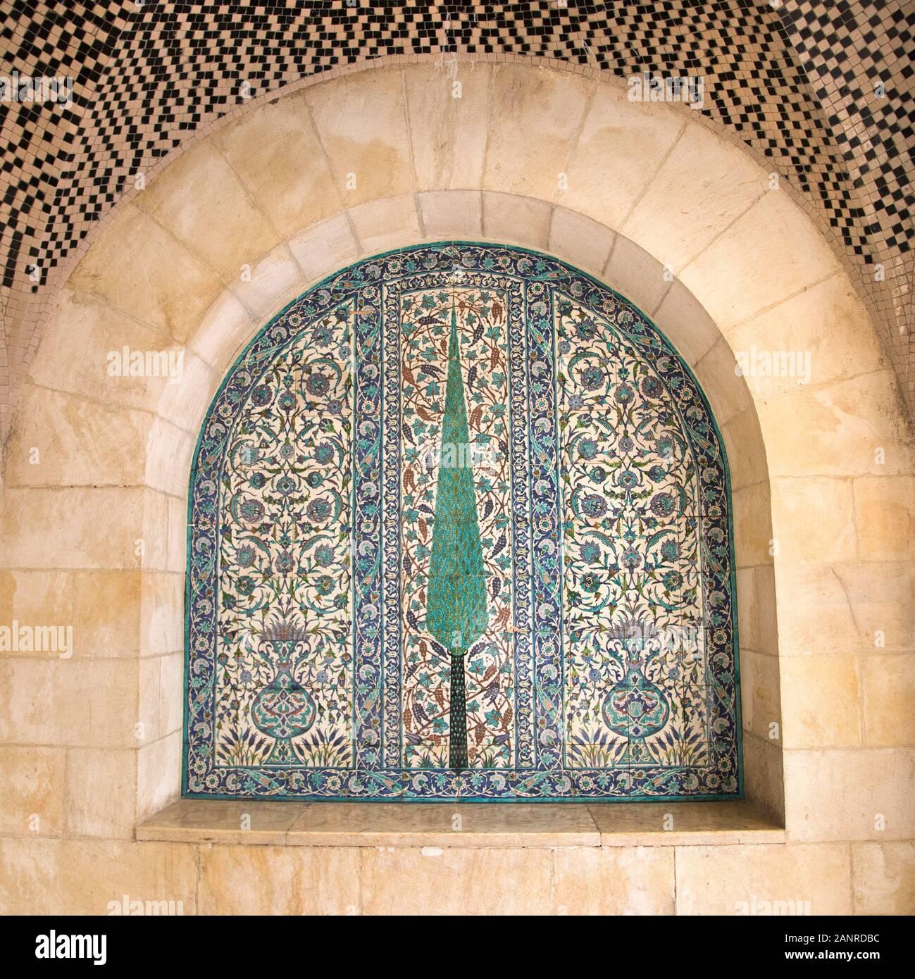 Armenische Keramik Zimmer im Jerusalem Haus der Qualität erstellt über 1925 von David Ohannessian. Fliesen- Panel mit Cypress Tree Mosaik Design. Stockfoto