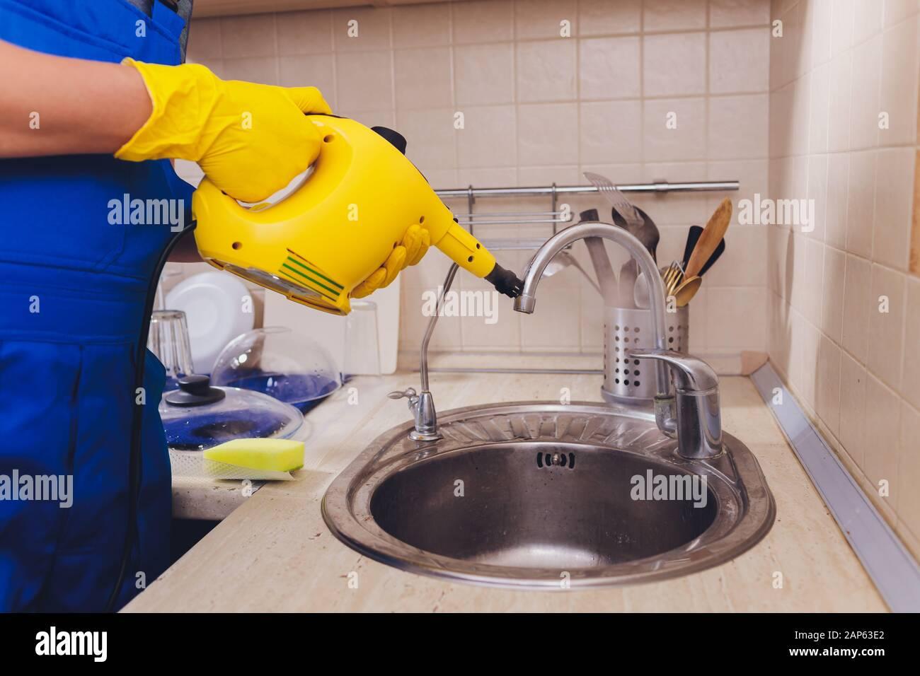 Wasserhahn Im Detail Mit Kalkablagerungen In Der Nahe Verschmutzter Kalkhalierter Kuchenarmatur Reinigung Mit Dampfreiniger Stockfotografie Alamy