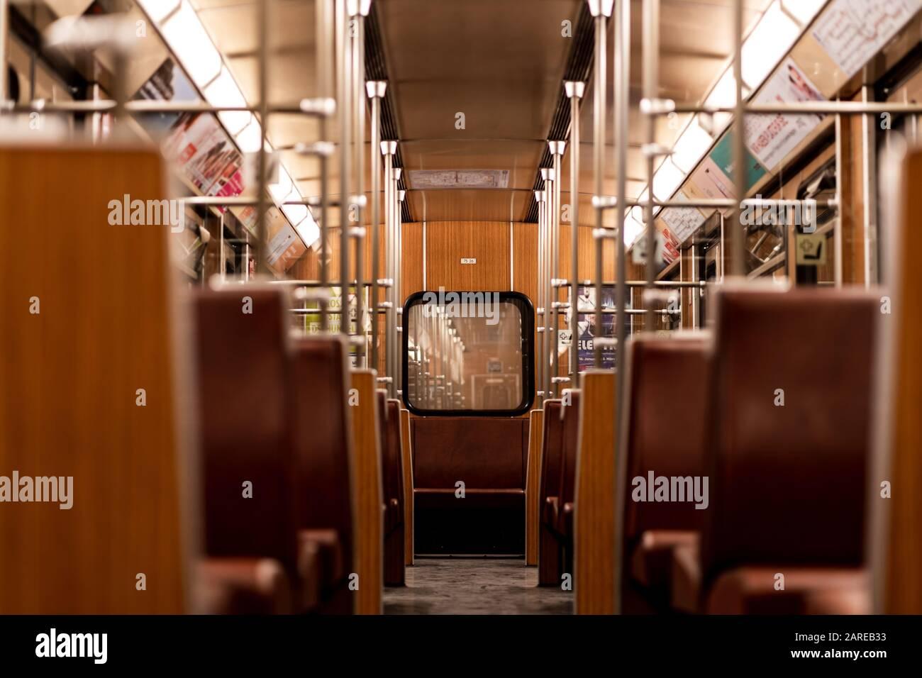 München, DEUTSCHLAND - 25. Januar 2020: Interieur alter U-Bahn-Oldtimer in München. Mit diesen Zügen pendeln täglich bayerische Menschen. Leerer U-Bahn-Zug Stockfoto