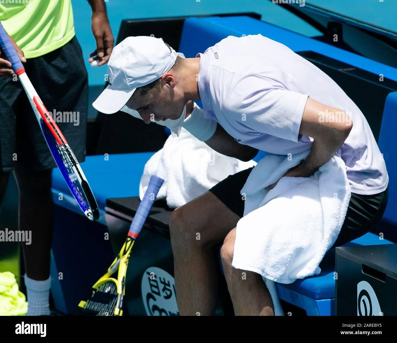 Melbourne, Australien. Januar 2020. Joe Salisbury aus Großbritannien kühlt sich beim Tennisturnier der Australian Open Grand Slam 2020 in Melbourne, Australien, sein Gesicht mit einem Eispack. Credit: Frank Molter/Alamy Live News Stockfoto