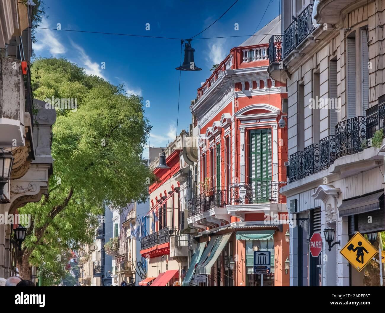 Die Straßen von San Telmo, dem ältesten Viertel von Buenos Aires, inmitten der Kopfsteinpflasterstraßen und der alten Kolonialarchitektur, Argentinien Stockfoto