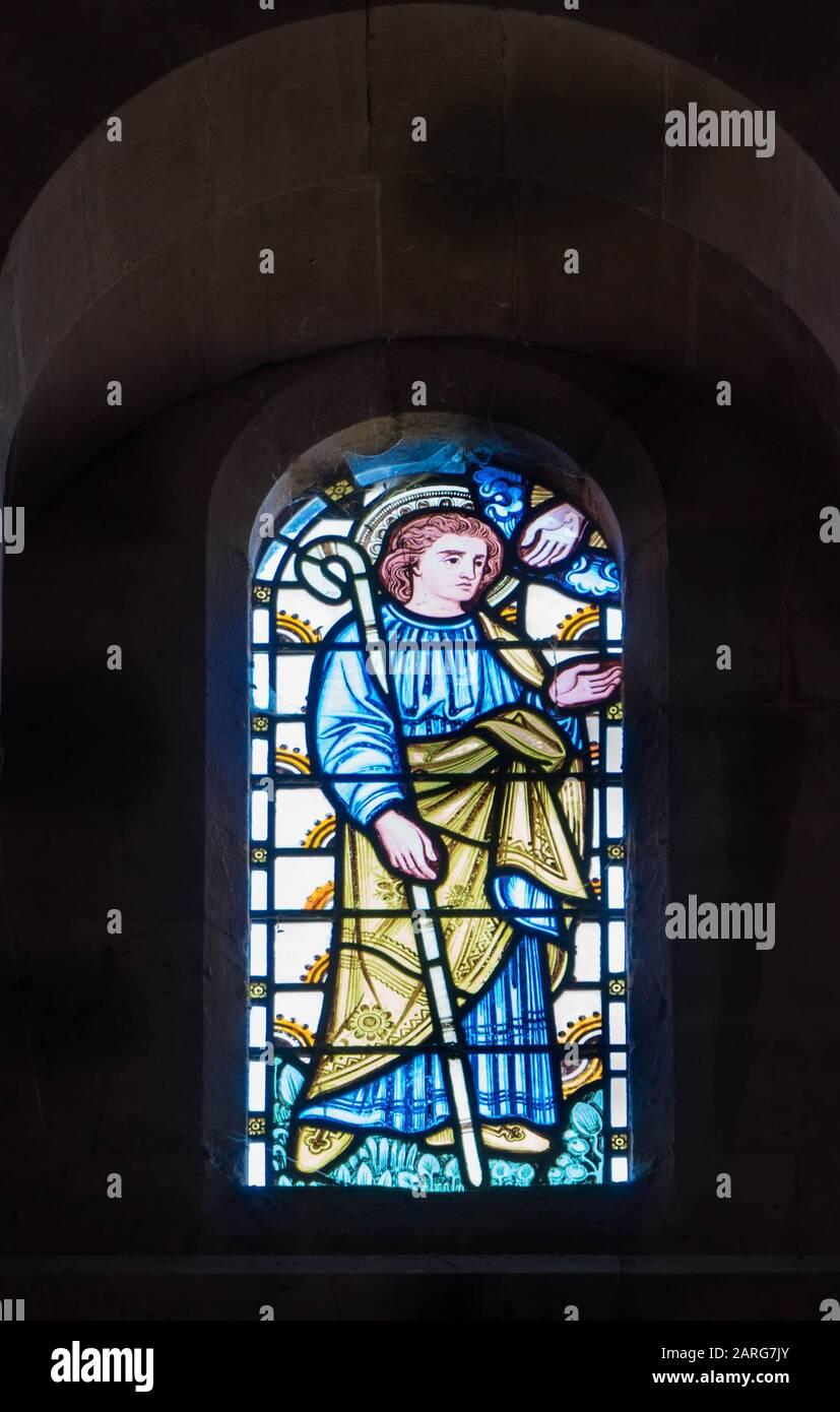 Glasmalerei, die die Hand Gottes darstellt, die einem Propheten aus dem Alten Testament, der St Catherine Church Hoarwithy Herefordshire UK, reicht. Februar Stockfoto