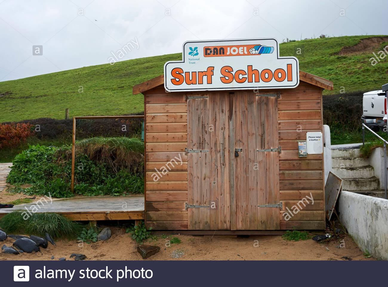 Surf School im Herbst geschlossen am Poldu Beach in Cornwall, England, Großbritannien Stockfoto