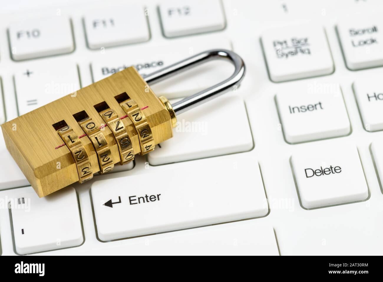 Computersicherheitskonzept mit kombiniertes Vorhängeschloss auf weißer Tastatur Stockfoto