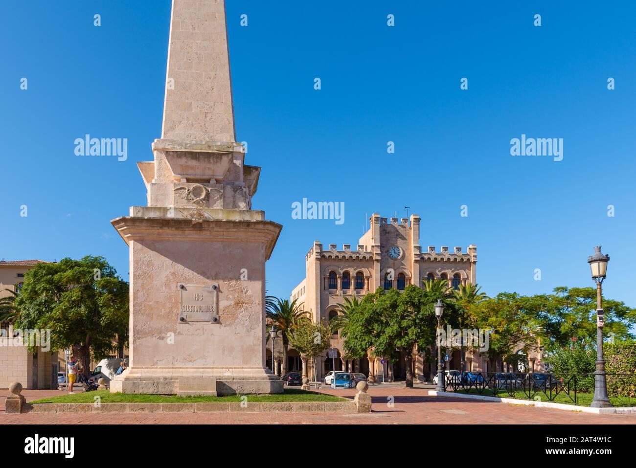 Menorca, Spanien - 15. Oktober 2019: Obelisk und Rathaus am Hauptplatz von Ciutadella auf Menorca Stockfoto