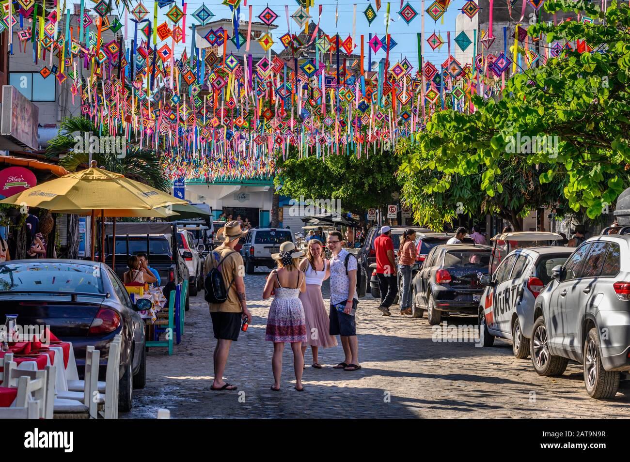 Besucher, die Selfies in Sayulita, Riviera Nayarit, Mexiko einnehmen. Stockfoto