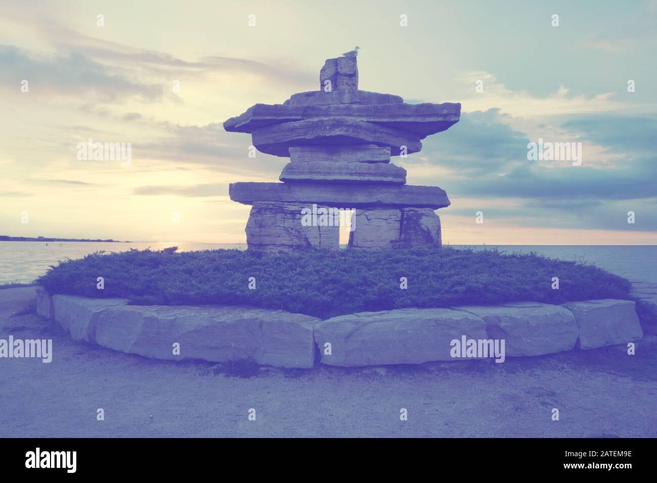 Canada Ontario Collingwood, Inukshuk at Sunset Point at Sunset Point at Sunset, Juni 2019, Inushuk Stone Landmark, We were Here, Pastell Tone Stockfoto