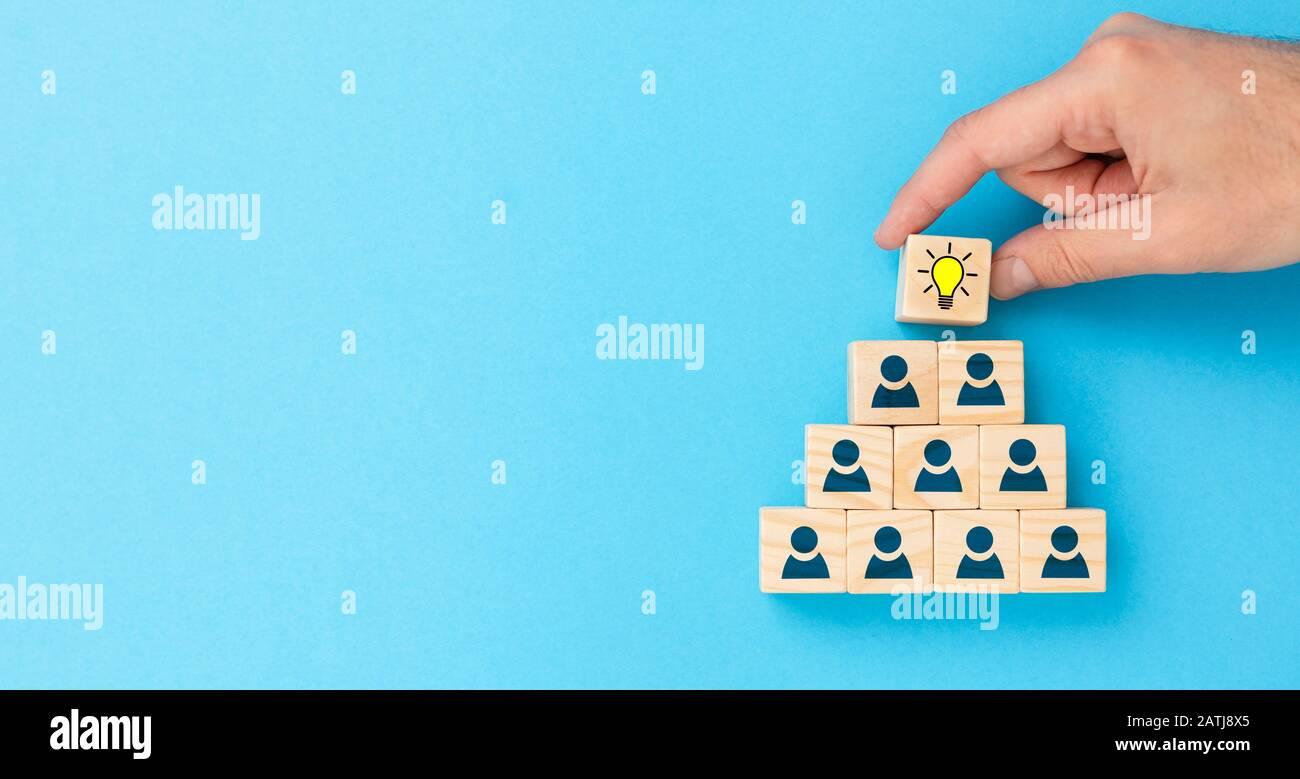 Holzwürfel mit Symbol Glühbirne und menschlichen Symbol. Kreative Idee und Innovation Konzept. Stockfoto