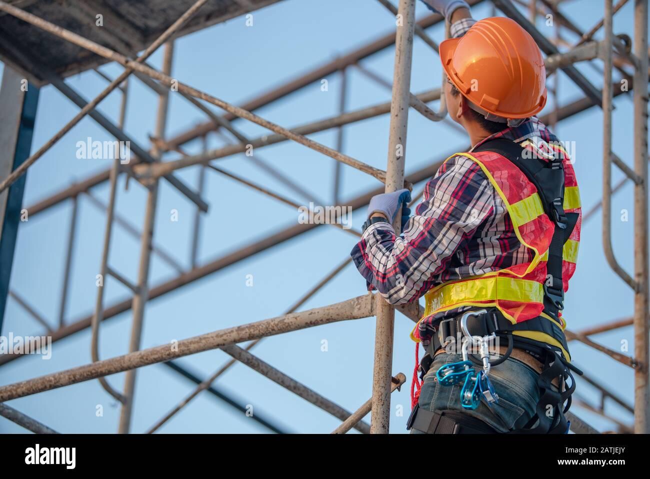 Der Arbeiter auf der Gerüstbaustelle Stockfoto