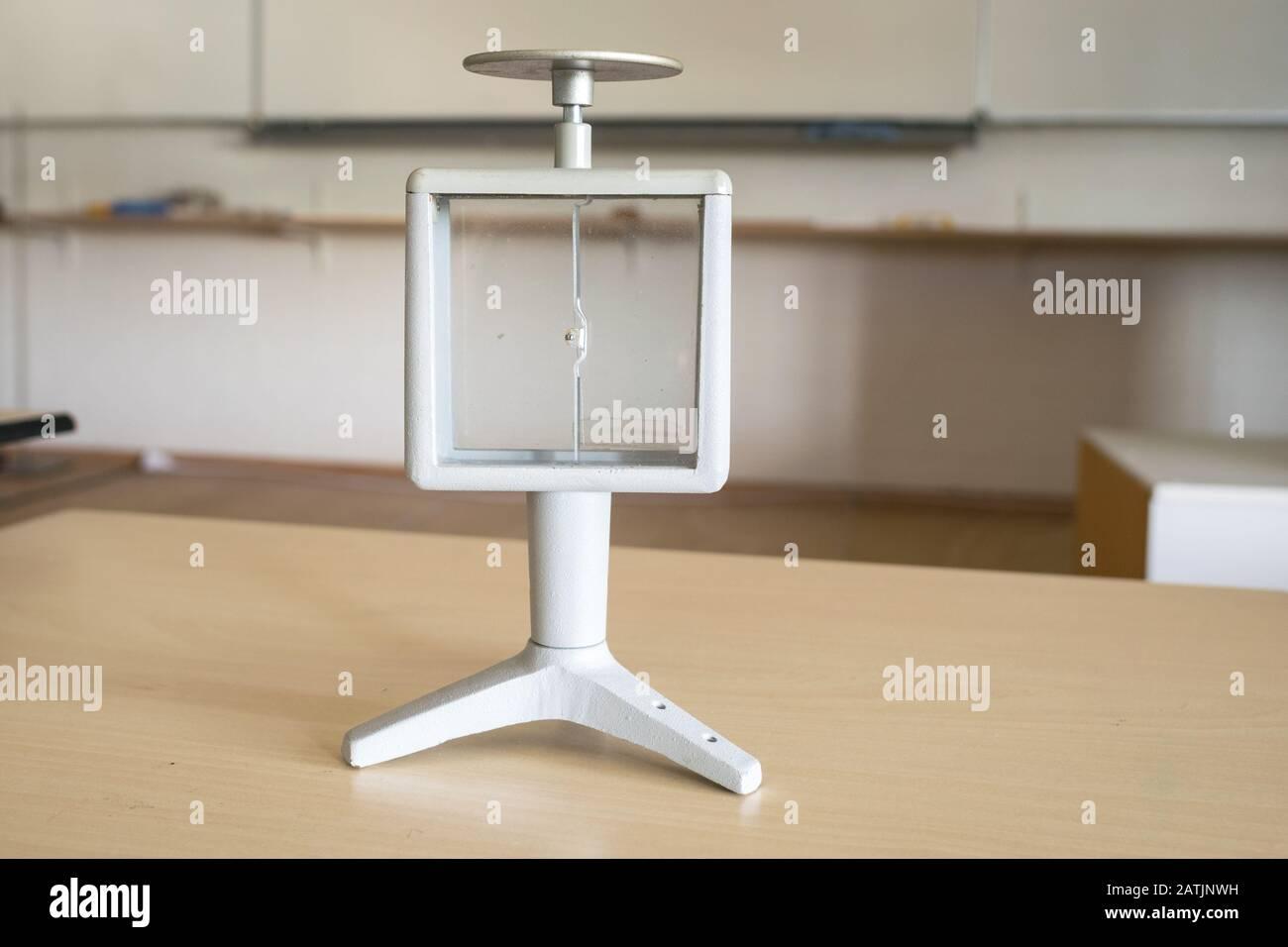 Elektroskop in einem Klassenraum. Wird in der Physikausbildung verwendet, um die Prinzipien der Elektrostatik zu demonstrieren. Stockfoto