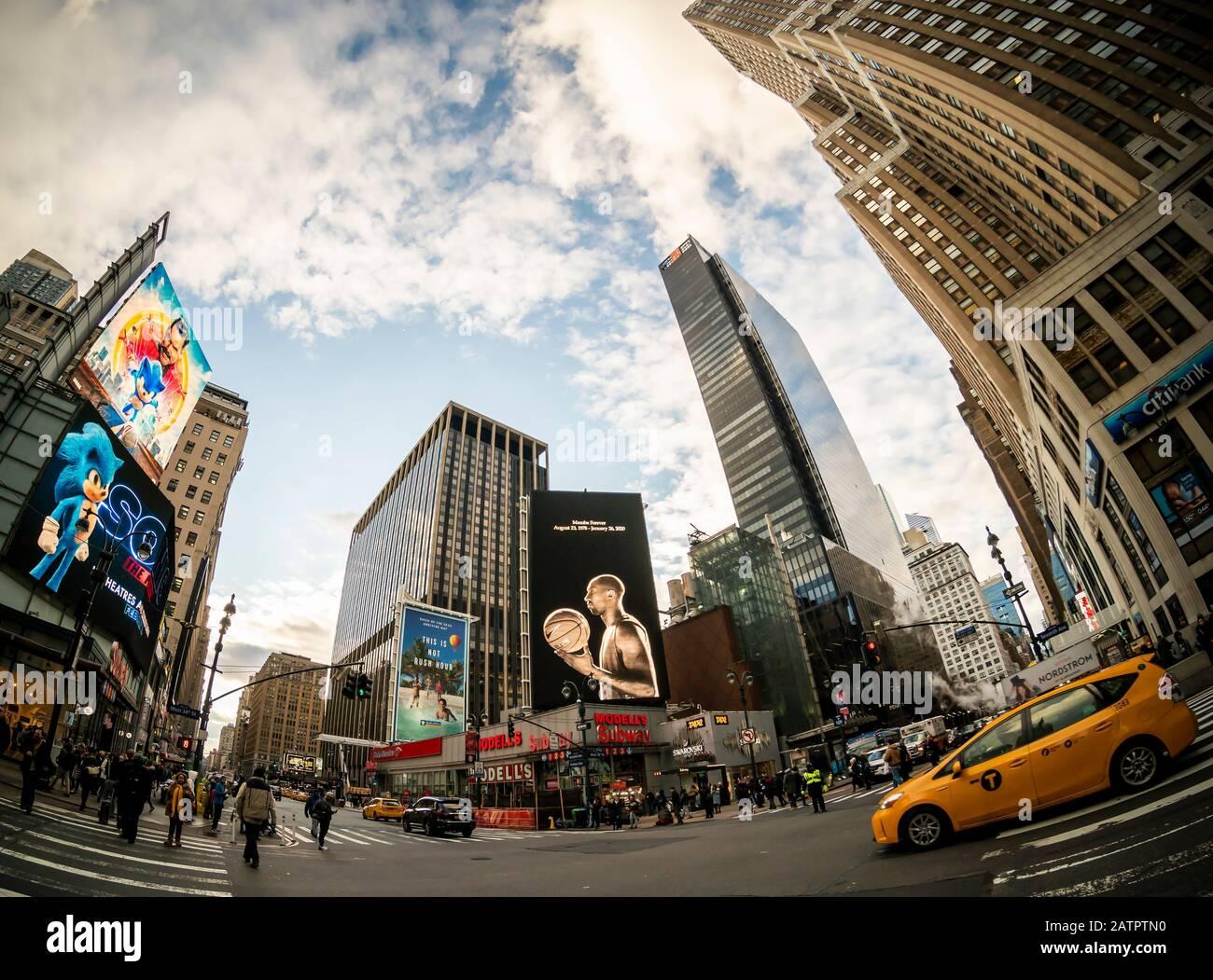 Eine Plakatwand, Mitte, auf dem Herald Square in New York, die sich normalerweise der Werbung von Nike widmet, würdigt die verstorbene Basketballlegende Kobe Bryant, die am Montag, 27. Januar 2020 zu sehen ist. Bryant starb am Sonntag im Alter von 41 Jahren bei einem Hubschrauberabsturz in Kalifornien. (© Richard B. Levine) Stockfoto