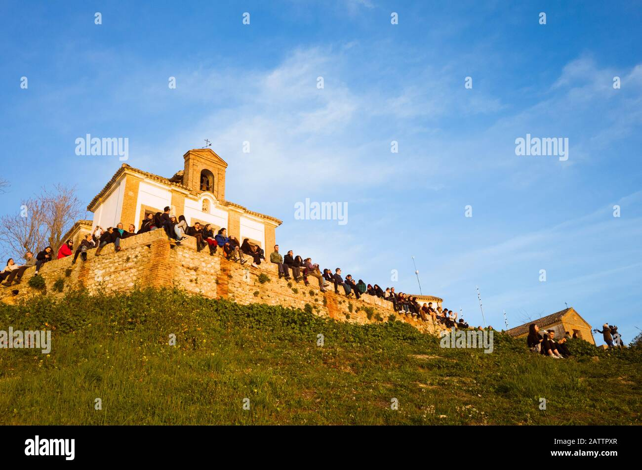 Granada, Spanien - 17. Januar 2020: EINE große Gruppe von Menschen betrachtet den Sonnenuntergang vom Aussichtspunkt der Einsiedelei San Miguel alto aus. Stockfoto