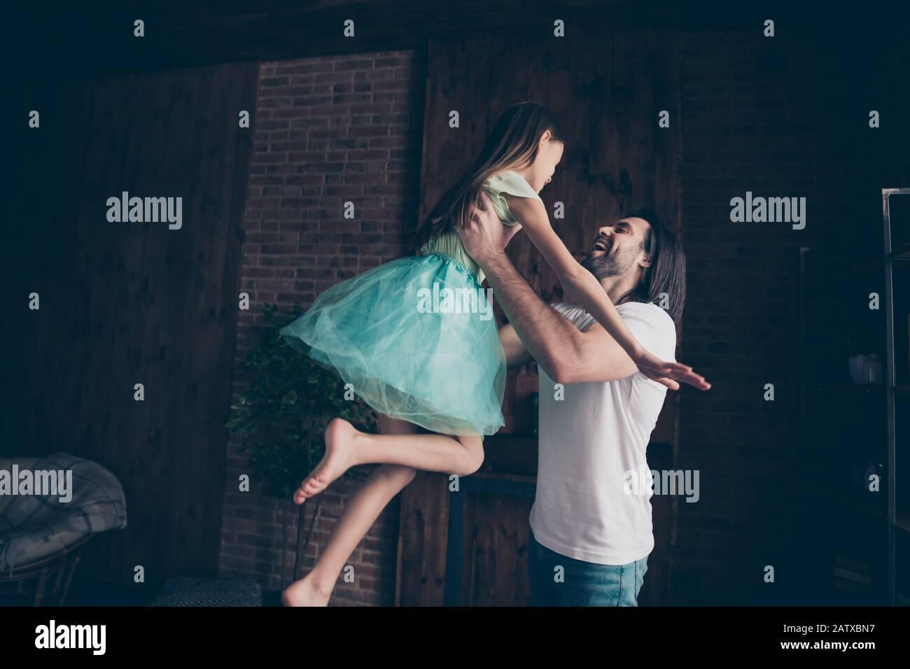 Foto der schönen kleinen liebenswerten Dame und ihres hübschen jungen Daddy Swing kleine Prinzessin erhöhen die Luft verbringen Wochenendzeit heimliche verspielte Atmosphäre Stockfoto