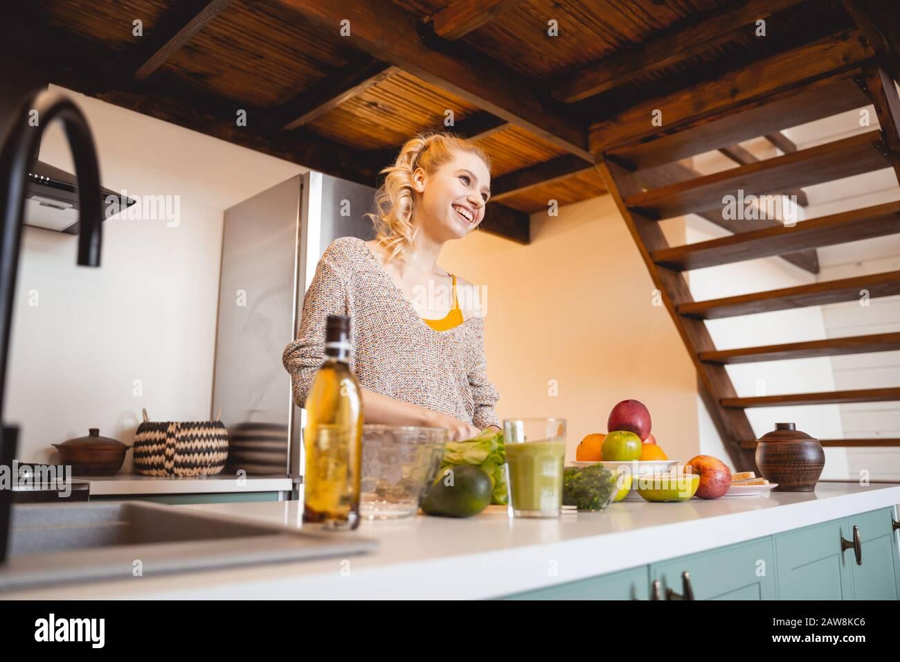 Glückliche junge Frau genießen ihr Zuhause Wochenende Stockfoto
