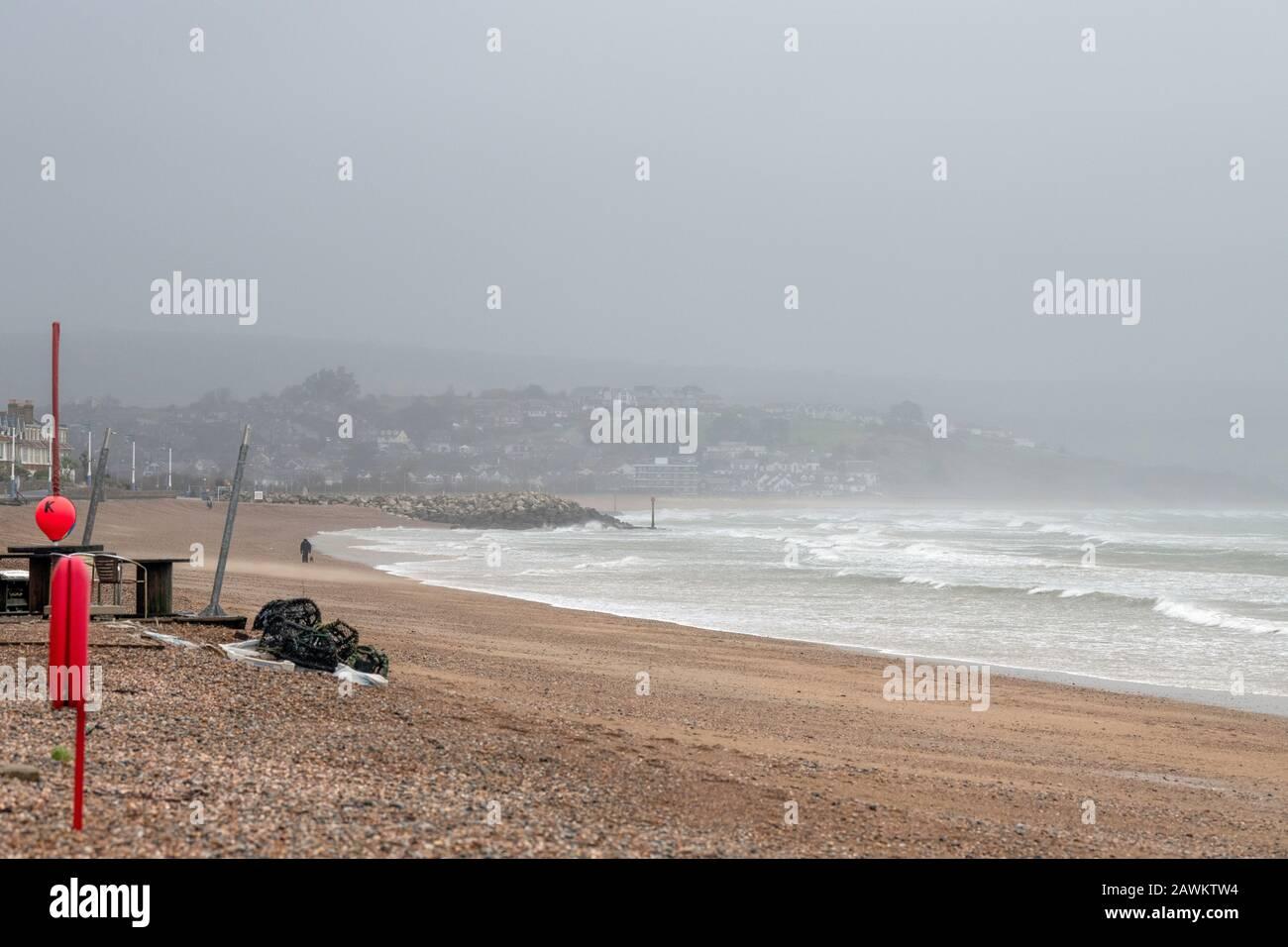 Sturm Ciara trifft Großbritannien, aber es ist nicht alles schlecht für einige, da Surfer Weymouth Beach Dorset UK 09/02-2020 treffen Stockfoto