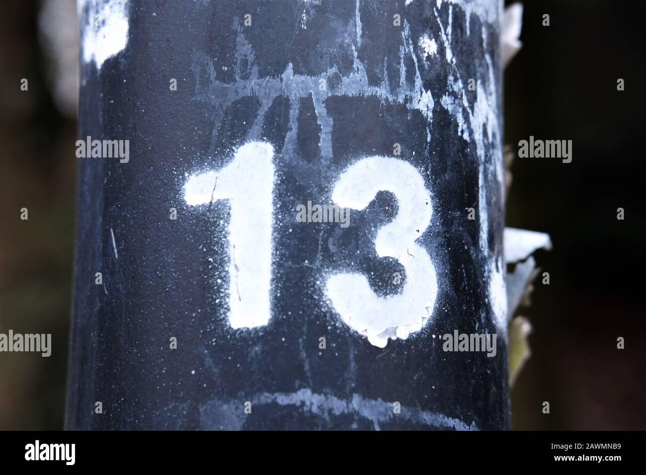 Nummer 13 mit weißer Farbe besprüht - Pech Aberglaube Konzept Stockfoto